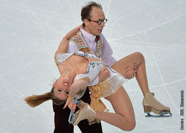 на льду танцах ног меж засветы фото