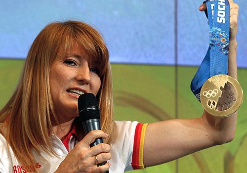 Олимпийская чемпионка конькобежка Светлана Журова на презентации комплекта медалей Олимпийских и Паралимпийских игр 2014.