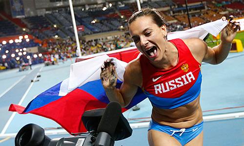 Российская спортсменка Елена Исинбаева после победы в финальных соревнованиях по прыжкам с шестом среди женщин на чемпионате мира по легкой атлетике в Москве.