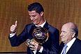 Награду Роналду получил из рук президента Международной федерации футбола Зеппа Блаттера, президента УЕФА Мишеля Платини.