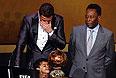 Награду Роналду получил из рук легенды мирового футбола Пеле. Португалец поднялся на сцену за своей наградой в сопровождении сына.