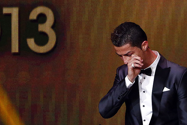 """Капитан сборной Португалии и мадридского """"Реала"""" Криштиану Роналду признан лучшим игроком 2013 года. Футболист впервые в карьере получил """"Золотой мяч"""" FIFA, церемония вручения которого прошла в Цюрихе."""
