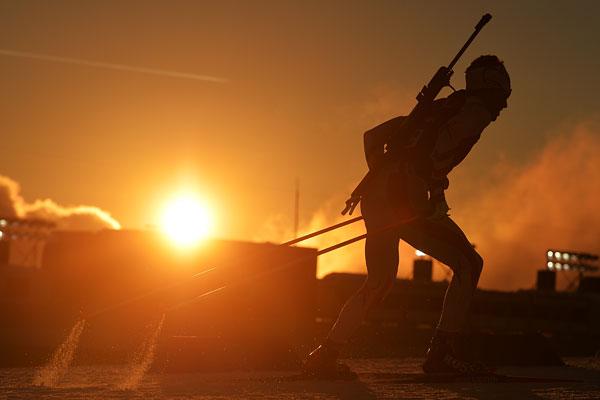 Спортсмен на тренировке перед спринтерской гонкой в соревнованиях по биатлону среди мужчин на XXII зимних Олимпийских играх в Сочи