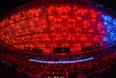 Зрители на трибунах во время церемонии открытия XXII зимних Олимпийских игр в Сочи.