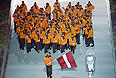 Знаменосец сборной Латвии Сандис Озолиньш (на первом плане) во время парада атлетов и членов национальных делегаций на церемонии открытия XXII зимних Олимпийских игр в Сочи.