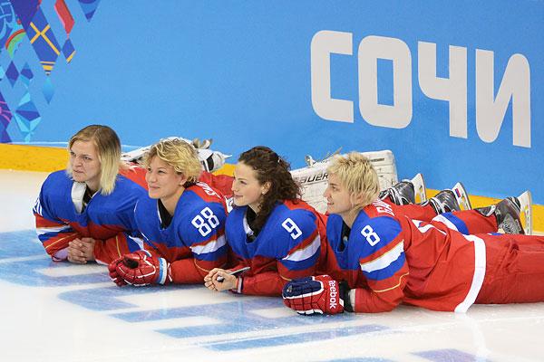 Слева направо: Юлия Лескина, Екатерина Смолина, Александра Вафина, Лия Гаврилова (Россия) во время фотосессии женской сборной России по хоккею перед тренировкой на XXII зимних Олимпийских играх в Сочи.