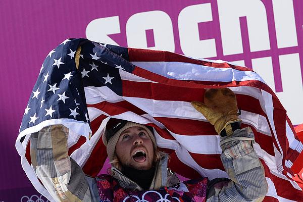 Американец Сейдж Коценбург (первое место) после окончания финала слоупстайла на соревнованиях по сноуборду среди мужчин на XXII зимних Олимпийских играх в Сочи.