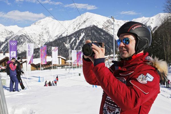 Председатель правительства России Дмитрий Медведев фотографирует на территории Главной горной деревни ХХII зимних Олимпийских игр в Красной Поляне.