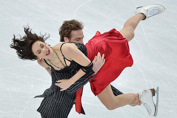 Натали Пешала и Фабьян Бурза (Франция) выступают в короткой программе танцев на льду командных соревнований по фигурному катанию на XXII зимних Олимпийских играх в Сочи.