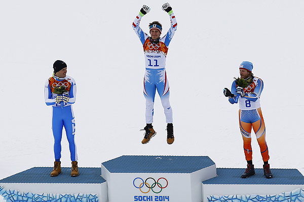 Призеры в скоростном спуске среди мужчин в соревнованиях по горнолыжному спорту на XXII зимних Олимпийских играх в Сочи во время цветочной церемонии (слева направо): Кристоф Иннерхофер (Италия) - серебряная медаль, Маттиас Майер (Австрия) - золотая медаль, Хьетиль Янсруд (Норвегия) - бронзовая медаль.