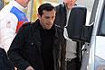 На первом плане: игрок сборной России по хоккею Павел Дацюк во время прилета в аэропорту Адлера.