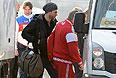 В центре: игрок сборной России по хоккею Семен Варламов во время прилета в аэропорту Адлера.