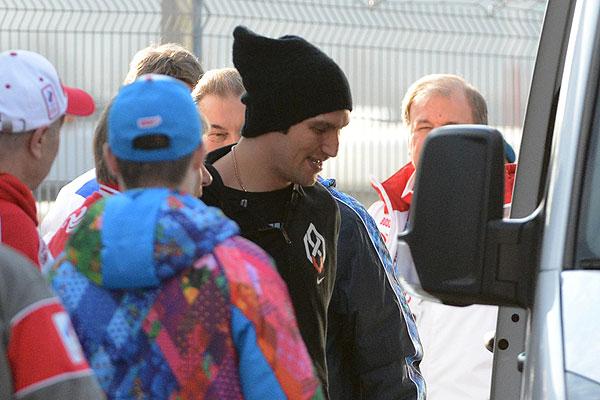 В центре: игрок сборной России по хоккею Александр Овечкин во время прилета в аэропорту Адлера.