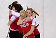 Российские спортсменки радуются победе в матче кругового турнира между сборными командами России и США в соревнованиях по керлингу среди женщин на XXII зимних Олимпийских играх в Сочи.