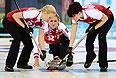 Слева направо: Александра Саитова (Россия), Маргарита Фомина (Россия) и Екатерина Галкина (Россия) в матче кругового турнира между сборными командами России и США в соревнованиях по керлингу среди женщин на XXII зимних Олимпийских играх в Сочи.