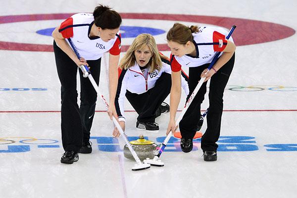 Слева направо: Энн Свиссхельм (США), Эрика Браун (США) и Джессика Шульц (США) в матче кругового турнира между сборными командами России и США в соревнованиях по керлингу среди женщин на XXII зимних Олимпийских играх в Сочи.
