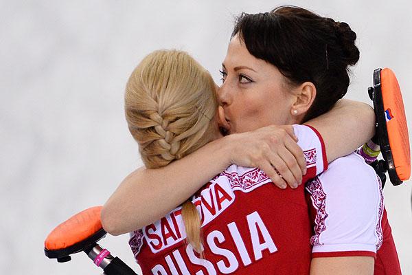 Слева направо: Александра Саитова (Россия) и Екатерина Галкина (Россия) радуются победе в матче кругового турнира между сборными командами России и США в соревнованиях по керлингу среди женщин на XXII зимних Олимпийских играх в Сочи.