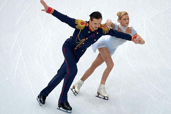 Татьяна Волосожар и Максим Траньков (Россия) выступают в короткой программе парного катания на соревнованиях по фигурному катанию.