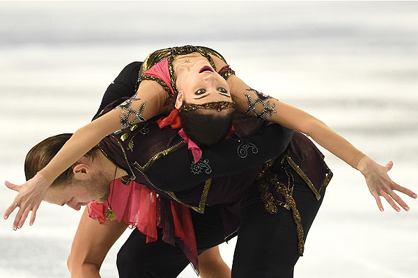 Вера Базарова и Юрий Ларионов (Россия) выступают в произвольной программе парного катания на соревнованиях по фигурному катанию.