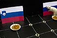 Белая лабораторная крыса по имени Шурик предсказывает результат хоккейного матча Россия - Словения на Олимпиаде в Сочи.