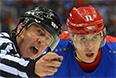Справа: Евгений Малкин (Россия) в матче группового этапа между сборными командами России и США на соревнованиях по хоккею среди мужчин на XXII зимних Олимпийских играх в Сочи.