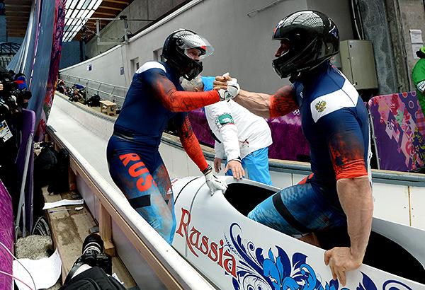 Бобслеисты Александр Зубков и Алексей Воевода завоевали золотую медаль в соревновании двоек