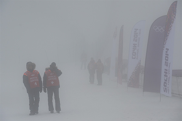 Сотрудники медицинской службы перед началом квалификации сноуборд-кросса на соревнованиях по сноуборду среди мужчин на XXII зимних Олимпийских играх в Сочи.