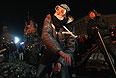 Около полуночи столкновения между митингующими и милицией возобновились с новой силой