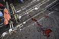 Кровь и свернутые носилки на Институтской улице.