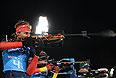 Антон Шипулин (Россия) на огневом рубеже эстафетной гонки в соревнованиях по биатлону среди мужчин.