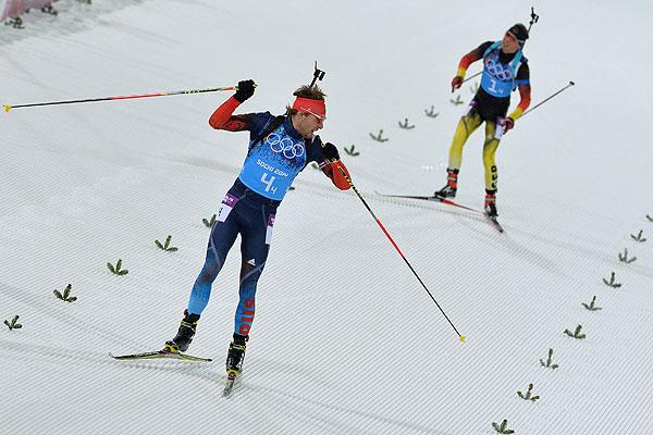 Антон Шипулин (Россия), Симон Шемпп (Германия) на финише эстафетной гонки в соревнованиях по биатлону среди мужчин.