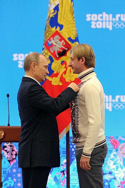 Владимир Путин и олимпийский чемпион в фигурном катании Евгений Плющенко во время церемонии награждения российских призеров XXII зимних Олимпийских игр в Сочи.