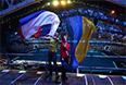 Болельщики с российским и украинским флагами перед началом церемонии открытия XI зимних Паралимпийских игр в Сочи.