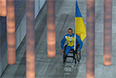 Знаменосец сборной Украины Михайло Ткаченко во время парада атлетов и членов национальных делегаций на церемонии открытия XI зимних Паралимпийских игр в Сочи.