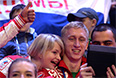 Болельщики сборной России фотографируются перед началом церемонии открытия XI зимних Паралимпийских игр в Сочи.