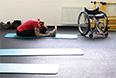 Спортсменка в тренажерном зале Паралимпийской деревни горного кластера в Красной Поляне.