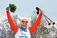 Роман Петушков (Россия), завоевавший золотую медаль в гонке на короткой дистанции в классе LW 10-12 (сидя) среди мужчин в соревнованиях по биатлону на XI Паралимпийских зимних играх в Сочи, во время цветочной церемонии.