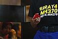 Надпись на майке добровольца в отеле, где остановились родственники пропавшего рейса  Malaysia Airlines MH370.