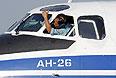 Пилот вьетнамских ВВС в кабине самолета АН-26, вылетавшего на поиски пропавшего борта.