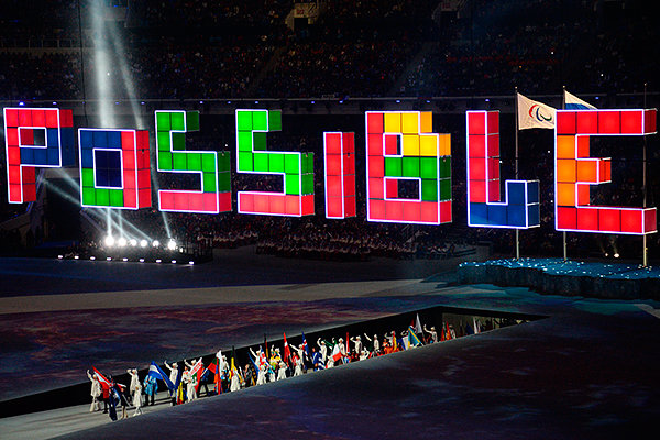Парад знамен на церемонии закрытия XI зимних Паралимпийских игр в Сочи.