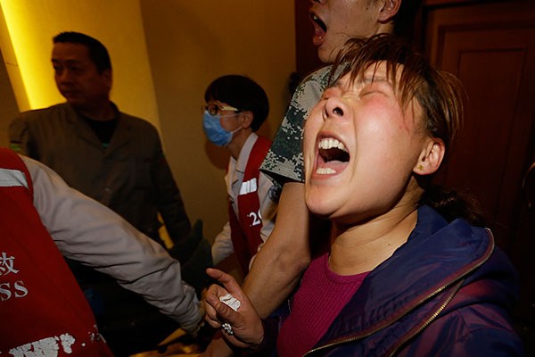 """Родственники пассажиров пропавшего малазийского авиалайнера устроили акцию протеста у здания посольства Малайзии в Пекине, сообщают во вторник китайские СМИ. Около 200 человек требуют """"ответов на вопросы"""", они хотят узнать всю правду о судьбе своих близких. """"Мы хотим вернуть наших родных"""", - скандируют некоторые из демонстрантов. На фото рыдающая женщина, потерявшая кого-то из родственников."""