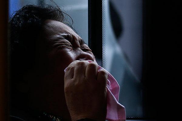 """Родственники пассажиров пропавшего малазийского авиалайнера устроили акцию протеста у здания посольства Малайзии в Пекине, сообщают во вторник китайские СМИ. Около 200 человек требуют """"ответов на вопросы"""", они хотят узнать всю правду о судьбе своих близких. """"Мы хотим вернуть наших родных"""", - скандируют некоторые из демонстрантов. На фото плачущая женщина, потерявшая кого-то из родственников."""