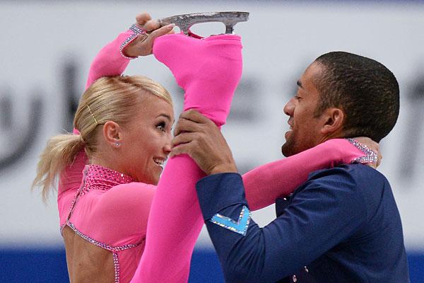 Алена Савченко и Робин Шолковы (Германия) выступают в короткой программе парного катания на Чемпионате мира по фигурному катанию 2014 года в Сайтаме.
