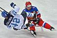 Игрок сборной Финляндии Ере Саллинен (слева) и игрок сборной России Андрей Зубарев в во время игры.