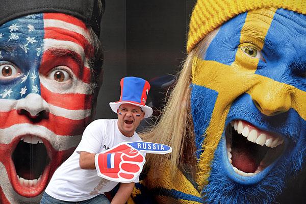 Болельщик сборной России фотографируется перед матчем группового раунда Чемпионата мира по хоккею 2014 между сборными командами Финляндии и России.