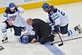 Врач оказывает первую помощь игроку сборной Финляндии Пекке Йормакку (в центре).