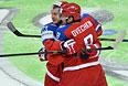 Игроки сборной России Дмитрий Орлов (слева) и Александр Овечкин радуются забитому голу.