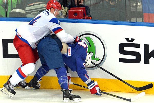Игрок сборной России Александр Кутузов (слева) в четвертьфинальном матче чемпионата мира по хоккею 2014 между сборными командами России и Франции.