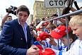 Игрок национальной сборной России по хоккею Данис Зарипов раздает автографы во время торжественных мероприятий по случаю победы сборной России на чемпионате мира.