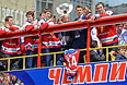 Игроки национальной сборной России по хоккею во время торжественных мероприятий по случаю победы на чемпионате мира по хоккею 2014.